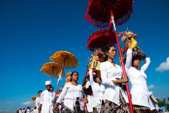 Para perempuan Bali sedang membawa sarana upacara pura