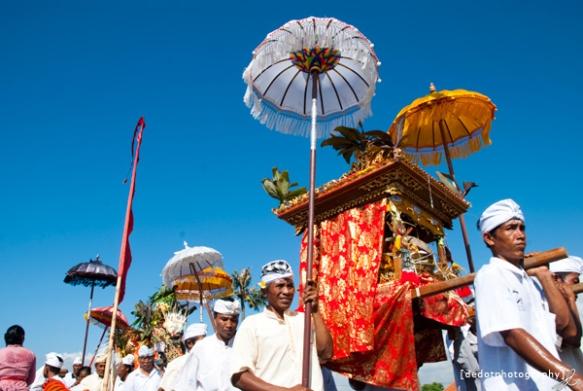 Para lelaki Bali membawa Jempana
