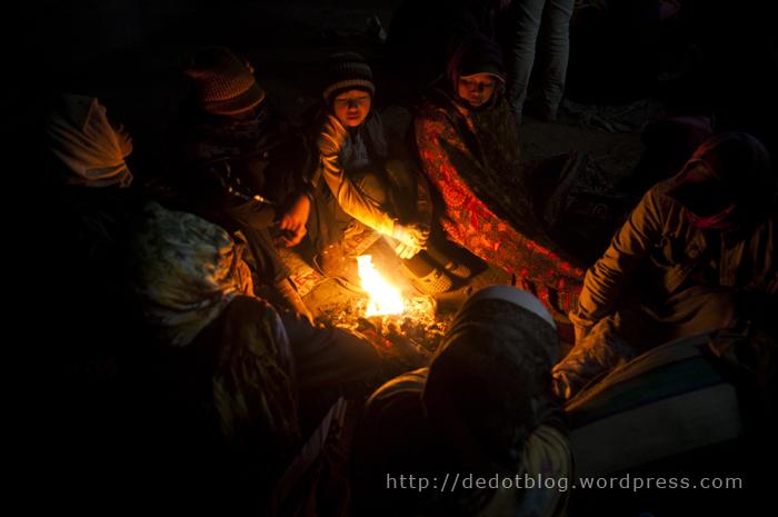 Sebagian besar dari pengunjung membuat api ungun di tengah pelataran pura untuk menghangatkan badan.