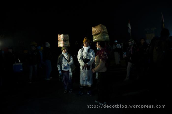 Diantara Suku Tengger ada juga Pemedek dari Bali, mereka terlihat jelas dengan busana yang mereka pakai.
